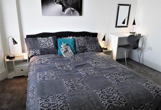 myrivierareatreat.co.uk self catering Torquay bedroom 20 king